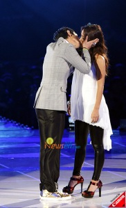 TOP kissing Hyo Ri