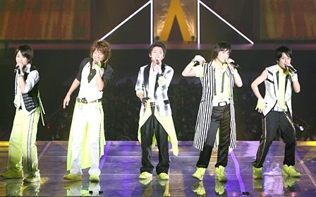 arashi_whips_fans_into_frenzy-20081105103902