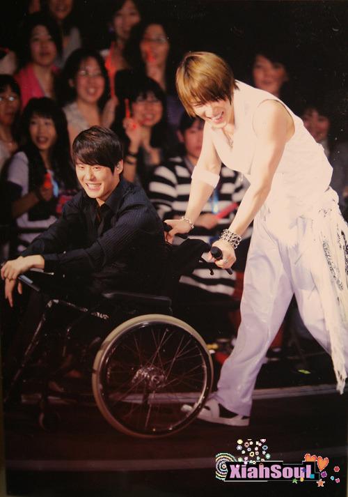 xiah-in-wheelchair-and-jaejoong