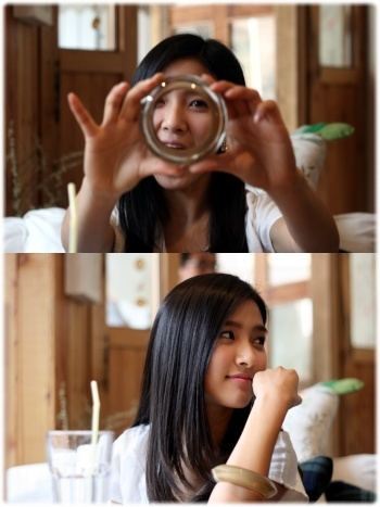 "촬영현장에서     왕팔찌로 장난치기~~~~~~~~~~  ""At the filming location Playing with the bracelet~~~~~~~~~~~"""